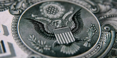 La cotizacion del dólar se aprecia por una baja en los precios del petróleo
